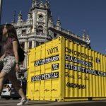 Contenedor Greenpeace en la Gran Vía de Madrid