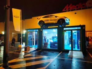 Montaje expositor de coches en concesionarios