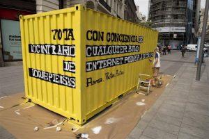 Rotulación contenedor denuncia Greenpeace Gran Vía